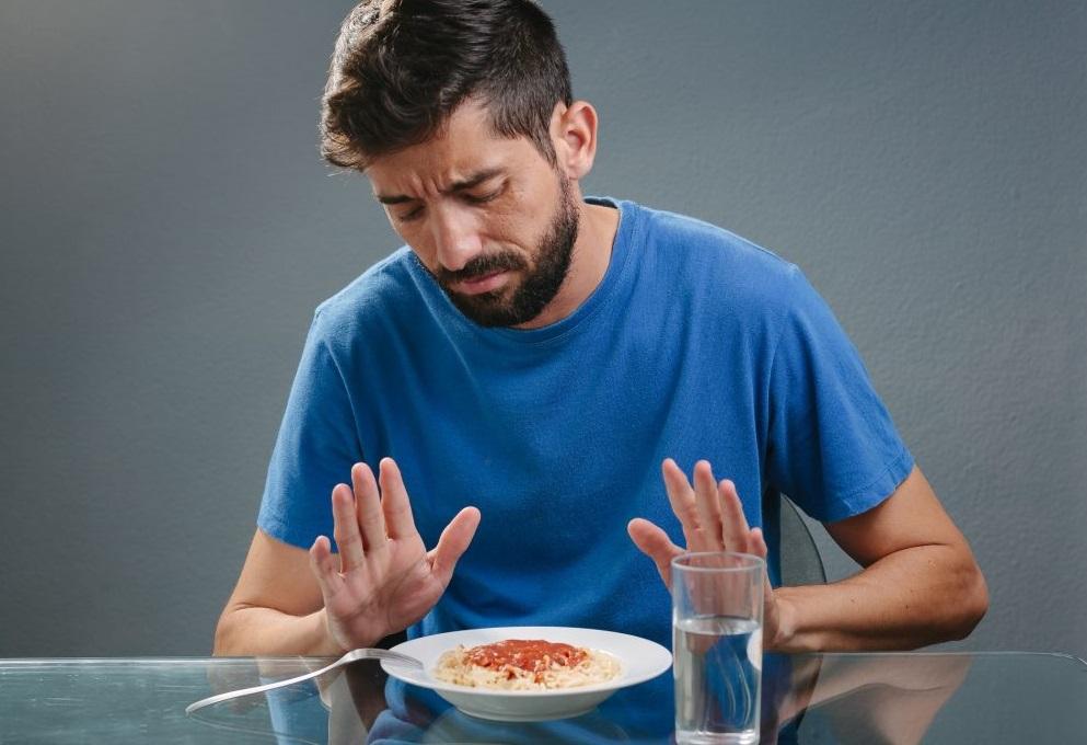 Под снижением аппетита медики понимают частичный или полный отказ от еды.